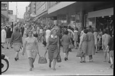 20991-6-43 Grote drukte op het Beursplein wanneer een groot aantal winkelbedrijven voor het eerst meedoen met koopavond ...