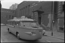 20996-4-26 Een bootbus (of busboot) komt aanrijden voor de ingang van het Instituut voor Scheepvaart en Luchtvaart. ...