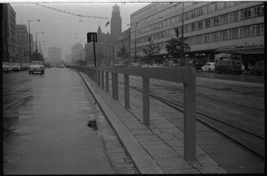 21009-7-42 Een houten balustrade langs de trambaan op de Coolsingel. Op de achtergrond het stadhuis en rechts de ...
