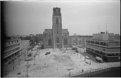 21015-3-35 De herinrichting van de Sint-Laurensplaats met de zojuist gerestaureerde Laurenskerk en rechtsonder de ...