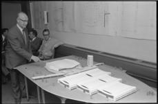 21015-7-17 Wethouder Roel Langerak geeft uitleg bij de maquette van het te bouwen sport- en tentoonstellingscomplex ...