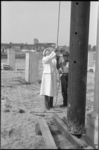 21016-6-43 Wethouder Roel Langerak slaat de eerste paal voor het sport- en tentoonstellingscomplex Ahoy' bij het ...