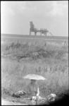 21018-7 Ingebruikname van een toeristische weg langs de Brielse Maas. Op de achtergrond een overslagkraan in het ...