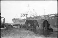 21025-4 Grote schade aan het ruim en de scheepshuid van de Panamese olietanker 'Agua Clara' (24.000 ton) door een ...