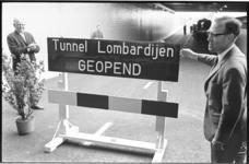 21028-3-17 Wethouder J. Reehorst (rechts) opent de 4-baans auto-, fiets-, voetgangers- en tramtunnel met halteperrons ...