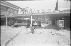 21042-1-13 De ophoging van het trottoir van de winkelpromenade Lijnbaan ter hoogte van de kruising met de Van ...