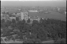 21043-4-16 Passagiersschip ss. Nieuw Amsterdam vanaf de Wilhelminakade, gezien vanaf de Euromast. Onderin Het Park en ...
