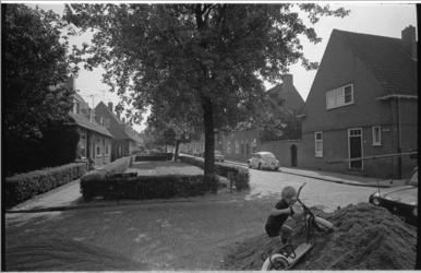 21044-3-35 Bergjes zand in de straat als stille getuige op wat komen gaat: de modernisering van Tuindorp-Vreewijk. ...