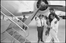 21050-5-43 Een platformbeambte van de Luchthaven Rotterdam draagt een van de twintig Zuidvietnamese ...