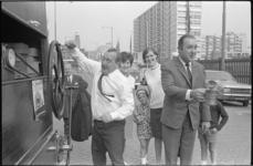 21051-4-5 Op het Schouwburgplein 'exploiteren' De Mounties een draaiorgel: Piet Bambergen draait de muziek en René van ...