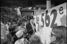 21053-3-22 Op de Lijnbaan amuseert de acteur Willy Ruys (Dikke Deur) jong en oud op een schilderfeest ter gelegenheid ...