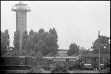 21058-6-34 Treinbotsing in de spoorbocht bij Diergaarde Blijdorp. Op de achtergrond de uitkijktoren van dierentuin Blijdorp.