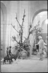 21063-2-24 Impressie van de tentoonstelling 'Beelden en Bloemen' in de hal van het stadhuis.