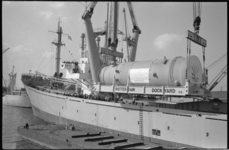 21076-1-37 In de Waalhaven wordt het 375 ton wegende reactorvat op het dek van het ms. Uhenfels geplaatst.