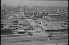 21082-2-23 Met de opening van een nieuwe supermarkt van De Gruyter (rechtsonder) en het plaatsen van het trottoir bij ...