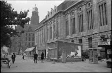 21082-6-40 Sloop van de laatste noodwinkels in Rotterdam voor het postkantoor op de Coolsingel. Op de achtergrond het ...