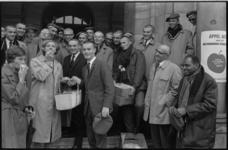 21099-4-26 Op het bordes van het stadhuis verkopen studenten de eerste zak appelen aan mevr. H. Worst-Visser, de ...