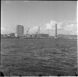 211-2 De Nieuwe Maas met aan de overzijde de Maastorenflat aan het Vasteland en het koopvaardijmonument De Boeg aan de ...