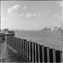 211-5 Metalen damwand in water van de Nieuwe Maas, in westelijke richting; aan de zijde van het Noordereiland. ...