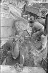 21102-1-6 Medewerkers van de Mijnopruimingsdienst Den Haag zijn bezig met het onschadelijk maken en verwijderen van een ...