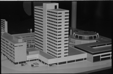 21109-1-39 Maquette van het Bouwcentrum en de in aanbouw zijnde uitbreiding aan het Kruisplein, op de hoek van het ...
