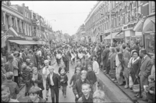 21126-2-35 Met de opluistering door drie muziekkorpsen en een drumband vieren burgers en winkeliers feest op de ...
