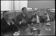 21188-7-24 De voorzitter van het openbaar lichaam Rijnmond, W.A. Fibbe, (2e van links) tijdens een persconferentie; ...