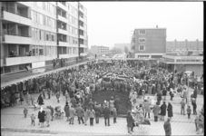 21189-4-31 Massa mensen in afwachting van Sint-Nicolaas op het Jacob van Campenplein (Alexanderpolder).