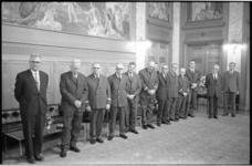 21194-3-16 Verzorgers van de oorlogsgraven op begraafplaats Crooswijk tijdens de uitreiking in de Burgerzaal van een ...
