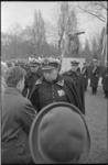 21197-4-5 Commandant van het Korps Mariniers, generaal-majoor A.M. Luijk, begroet oud-mariniers op de begraafplaats ...