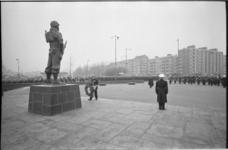 21198-3-22 Commandant van het Korps Mariniers, generaal-majoor A.M. Luijk, loopt met een krans richting ...
