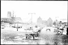 21223-3-28 Afgebroken marktkraampjes bij spoorviaduct Hoogstraat, zijkant PTT-gebouwen aan de Botersloot en Laurenskerk ...