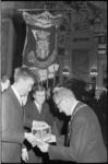 21224-7-4 In Utrecht studerende Rotterdammers bieden tijdens de nieuwjaarsreceptie van de gemeente een model van een ...