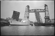 21227-5-32 Het roll-on-roll-off-schip 'Duke of Holland' vaart door de geopende Koninginnebrug met op de achtergrond de ...