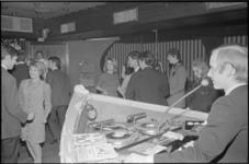 21236-2-7 Interieur Le Bateau, een disco van het Hilton Hotel, met dansende jongeren en diskjockey William Dee die ...