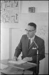 21244-5-6 RET-directeur drs. C.G. van Leeuwen achter spreekgestoelte tijdens hearing in de hulpkerk aan de ...
