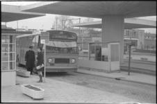 21245-3-17 Een autobus van de RET staat bij een halte, ter hoogte van station Noord aan de Straatweg.