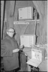 21250-2-4 De heer Kwast bij meetapparatuur van de meldkamer van Dienst Centraal Milieubeheer Rijnmond. (DCMR)