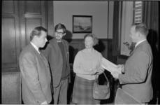 21251-3-28 Vertegenwoordigers van de Noordplein-commissie bieden wethouder H.C.G.L. Polak (rechts) een petitie aan.