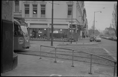21252-5-22 Tramrijtuig van lijn 3; komend uit de Van Oldebarneveltstraat, rijdt rechtsaf naar Mauritsweg, passeert ...