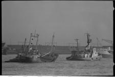 21256-4-10 De door storm in problemen geraakte Deense coaster Tobitrader wordt bij Hoek van Holland binnengebracht door ...