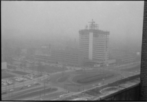 21261-6-7 Hoogbouw Bouwcentrum in aanbouw op de hoek Weena en het Kruisplein.