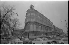 21269-6-32 Museum van Land en Volkenkunde aan de Willemskade op hoek met de Veerkade in het Scheepvaartkwartier.