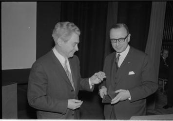 21273-2-26 Cineast Joris Ivens (links) onderscheiden met de Leuve-penning van de Rotterdamse Kunststichting uitgereikt ...