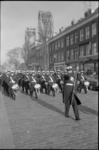 21289-5-24 Marinierskapel paradeert door de Rosestraat in de wijk Feijenoord met op de achtergrond de Hef.