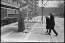 21295-5-11 Kranslegging bij oorlogsmonument Treurende Vrouw in het binnenhofje Goereessestraat i.v.m. fussilade van 20 ...