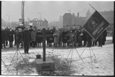 21296-1-16 Herdenking bij oorlogsmonument Hofplein van de fussilade van 20 mannen die hier als represaille plaatsvond ...