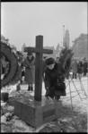 21296-3-25 Herdenking bij nieuwe oorlogsmonument Hofplein van de fussilade van 20 mannen die hier als represaille ...