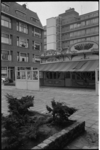 21299-4-42 Poffertjeskraam A.H. Beekvelt op pleintje Oude Binnenweg.