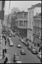 21299-6-23 Straatbeeld Oude Binnenweg richting Coolsingel met bekende winkelnamen opticien Rinck, kledingmagazijn ...